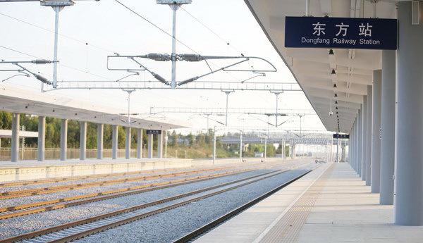 东方站(东方火车站)位于东方市解放东路与海榆西线交界处,是海南环岛西环高铁途经站点之一,西环高铁东方段线路全长59.765公里,设立2个站点,分别是东方站和板桥站(暂未开通),其中东方站是海南西环高铁除了海口站、三亚站外唯一在市区设立站点的高铁火车站。